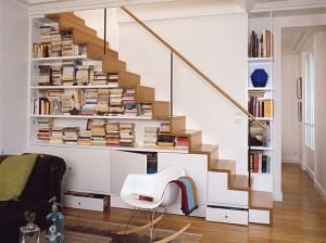 bibliotheque-sous-escalier