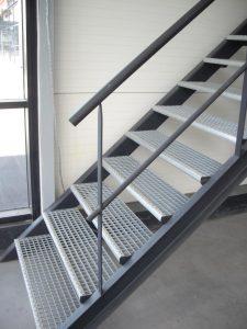 un-escalier-droit-fait-en-metal